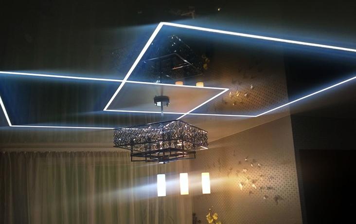 Красивый натяжной потолок со световыми линиями