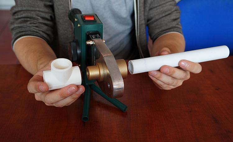 Специалист проводит пайку трубы из полипропилена