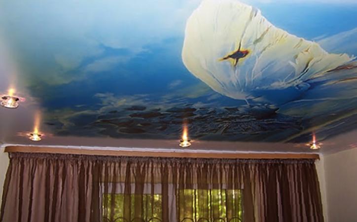 Натяжной потолок с фотопечатью в комнате