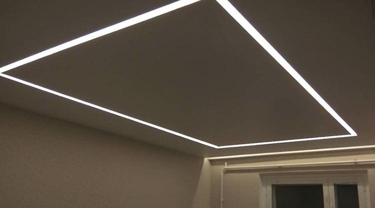 Прямоугольные световые линии на натяжном потолке