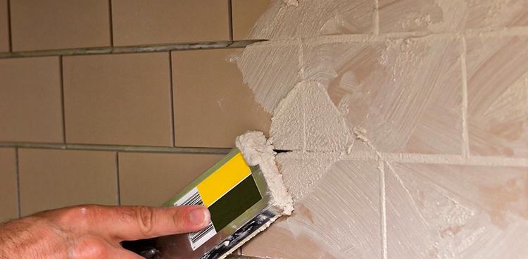Затирка швов плитки во время ремонта