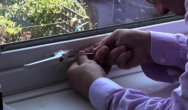 Процесс замены ручки на пластиковом окне
