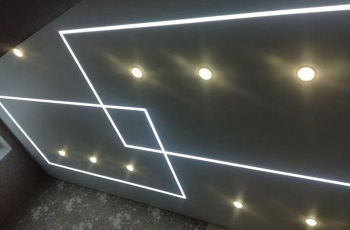 Смонтированный натяжной потолок со световыми линиями