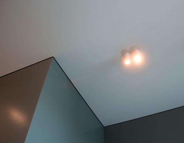 Современный теневой натяжной потолок