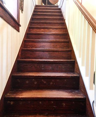 Деревянная лестница перед раставрацией