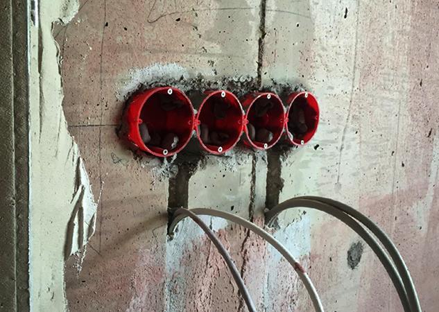 Установленные подрозетники в бетонной стене