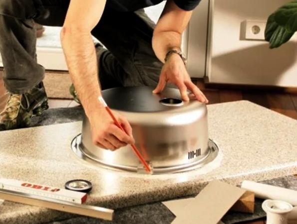 Процесс врезки мойки в столешницу