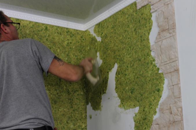 Процесс нанесения жидких обоев на стену