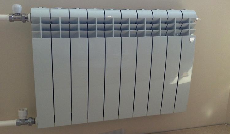 Установленные биметаллические батареи отопления
