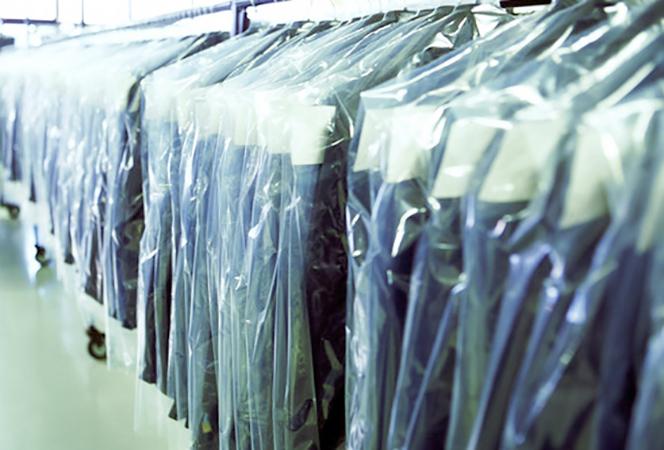 Много пиджаков в ателье