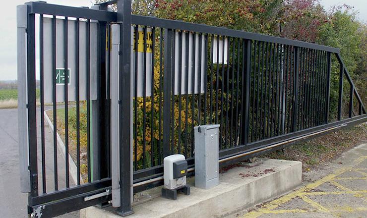 Установленные откатные ворота с электроприводом