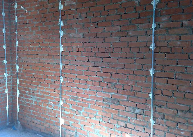 Кирпичная стена с маяками под штукатурку