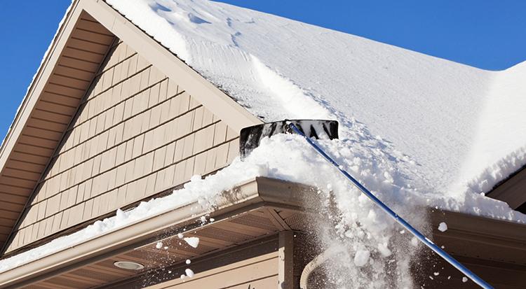 Очистка крыши частного дома от снега и наледи