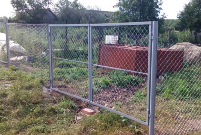 Установленный забор из сетки рабицы