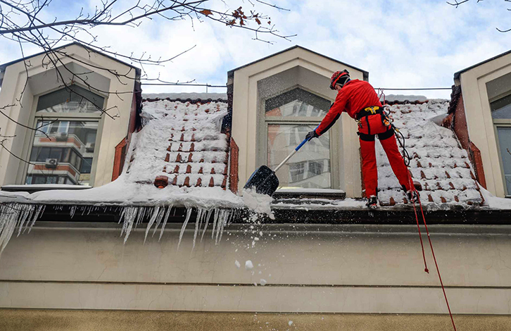 Профессиональная очистка крыши от снега, наледи и сосулек