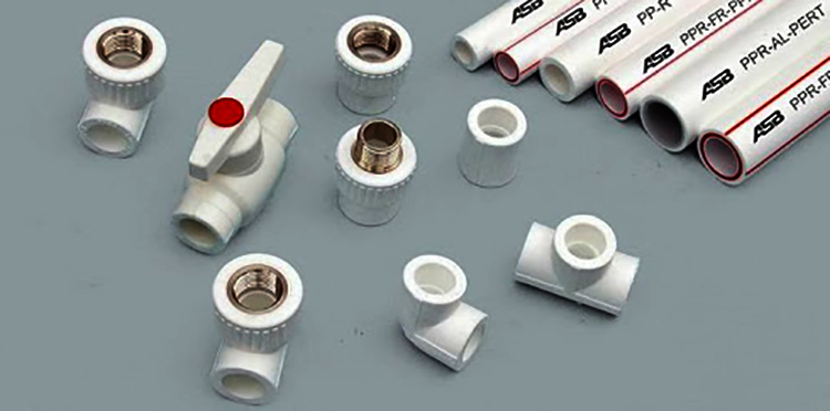 Разные фитинги для пластиковых труб