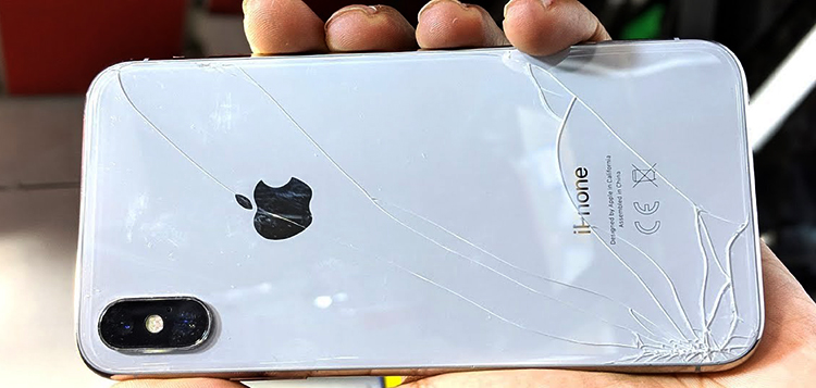 Разбитое заднее стекло на iPhone X
