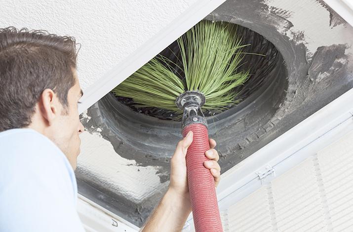 Чистка вентиляции щеткой