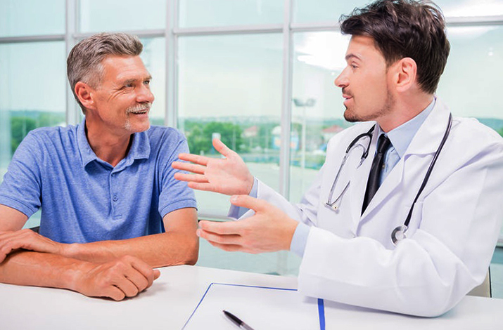 Мужчина у врача для сдачи глюкозотолерантного анализа