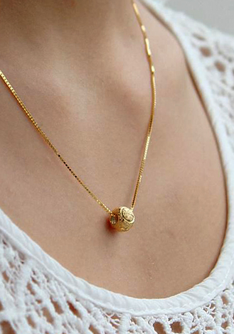 Золотой кулон на девушке