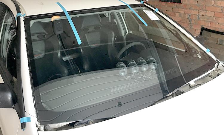 Установленное лобовое стекло на Mitsubishi Lancer