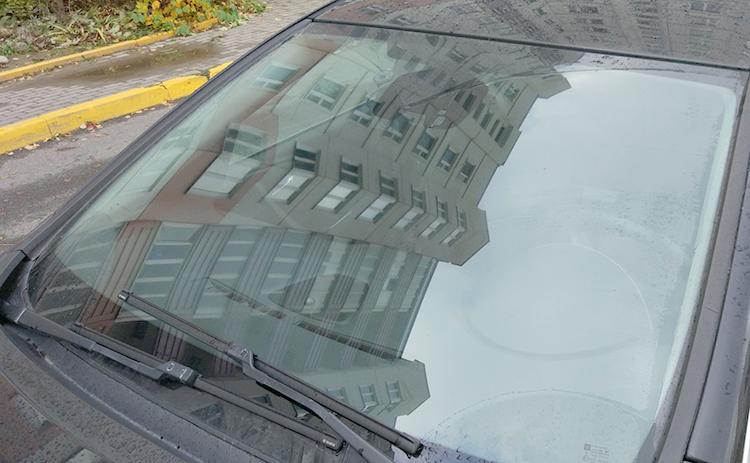 Установленное лобовое стекло на Opel Astra
