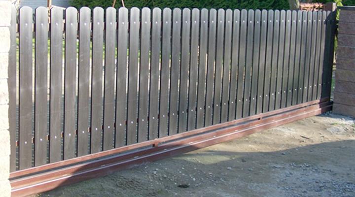 Пластиковый забор из штакетника