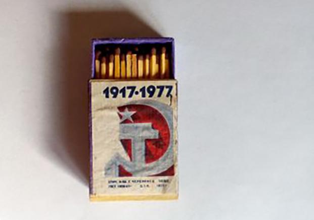 Спички серии «60 лет Октябрю» (1977), цена — 100 руб.