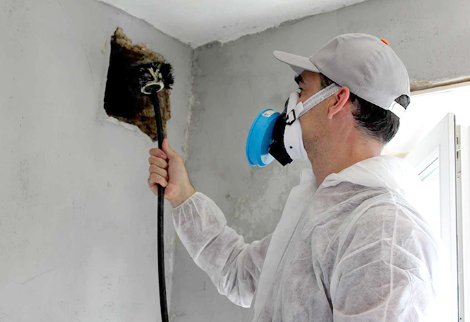 Специалист проводит чистку вентиляционной шахты