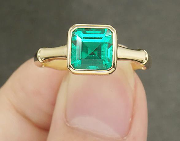 Золотой кольцо с изумрудом перед покупкой