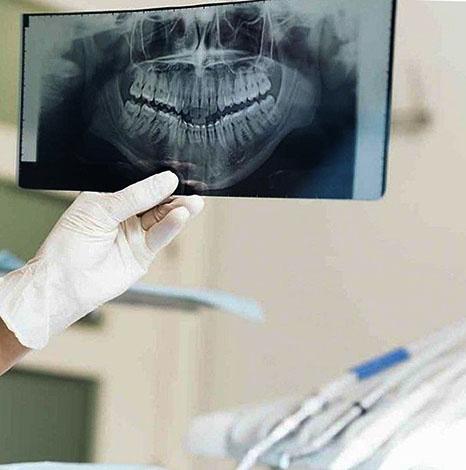 Врач с панорамным снимком зубов