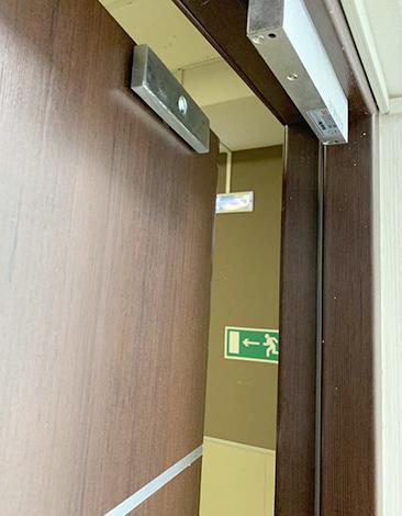 Установленный электромагнитный замок на дверь