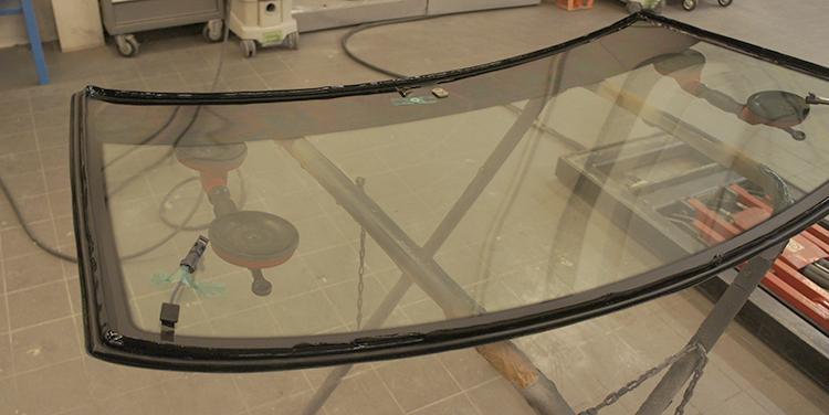 Лобовое стекло на УАЗ Патриот перед установкой