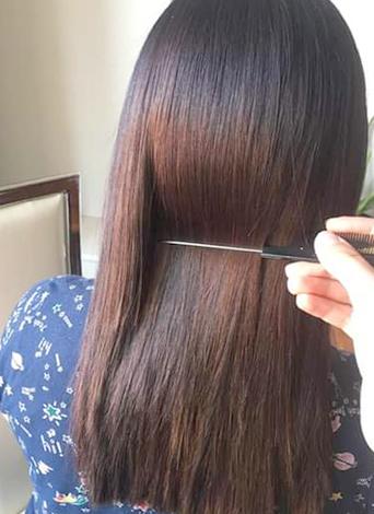 Девушка на процедуре нанопластики волос
