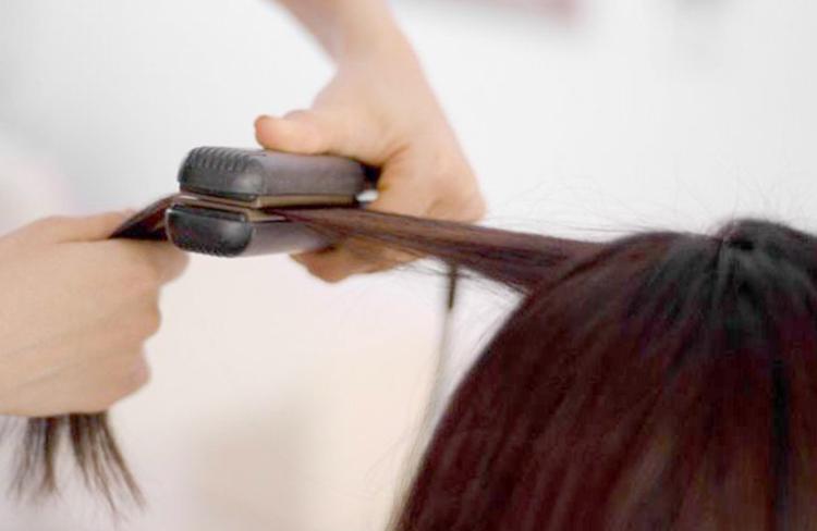 Разглаживание волос на процедуре нанопластики