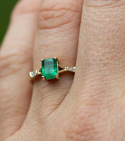 Кольцо с изумрудом в золоте на руке