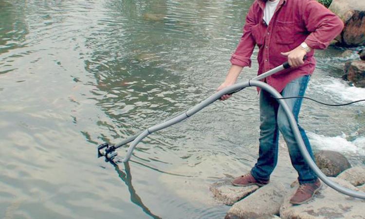 Ручная очистка пруда от ила