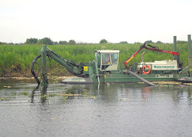 Очищение пруда от ила спецтехникой